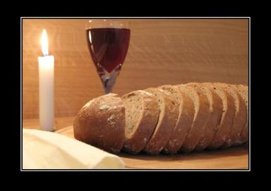 Nattvard med bröd och vin och tänt ljus